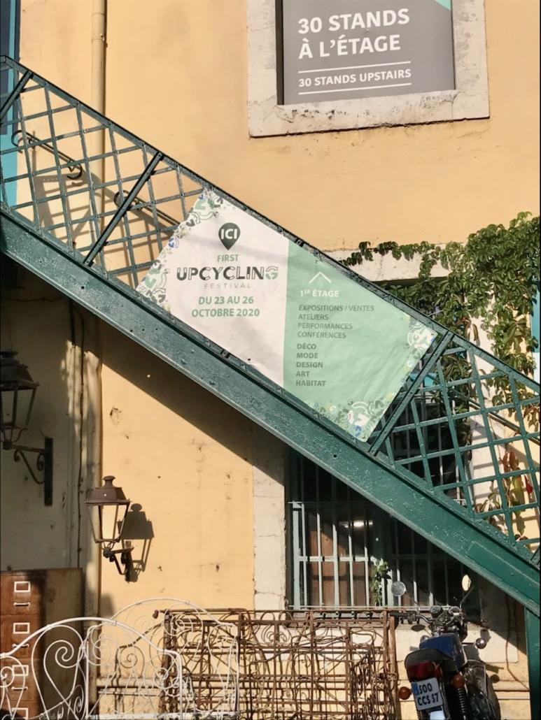 Photo de l'escalier d'entrée du festival avec une bâche du festival