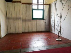 Photo d'un stand au premier étage du Village des Antiquaires de la Gare